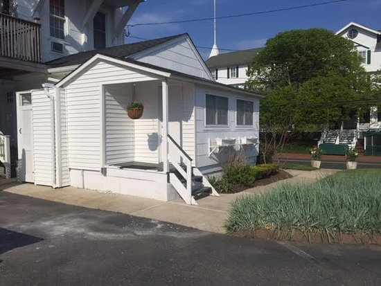 The Beacon House: One of three Pet Friendly Cottages with kitchens, patios and Air Conditioning