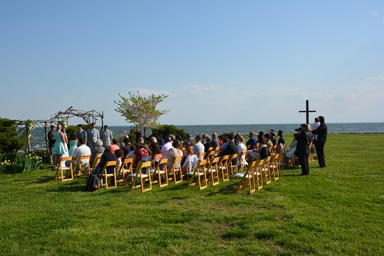 Black Walnut Point Inn: This is the area on the lawn they usually have ceremonies at.