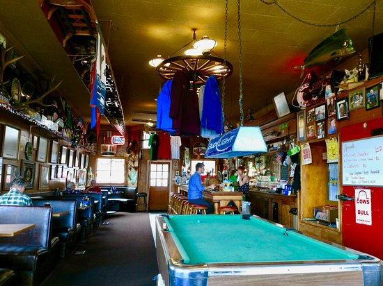 Coupeville, WA: Toby's interior, with pool table and vintage oak bar