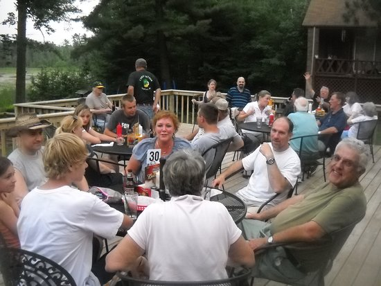 Kathan Inn Bar & Grill: Outdoor dining on the deck overlooking Kathan Lake