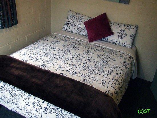 Kakapo Lodge YHA: Double bed in bedroom