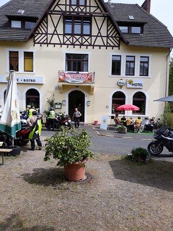 Adenau, Alemania: Eingang und Teilansicht auf Aussenterrasse