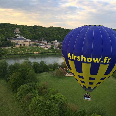 Giverny, France: La montgolfière Airshow en face du château de la Roche Guyon