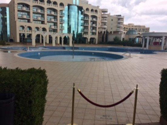 Sunset Resort: pusty basen, sezon jeszcze się nie rozpoczął ;)
