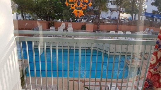 Hotel Kamal: Balcon donnant sur la piscine