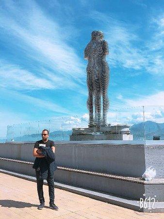 Памятник кунилингусу в батуми