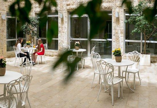 Hotel Yehuda : courtyard