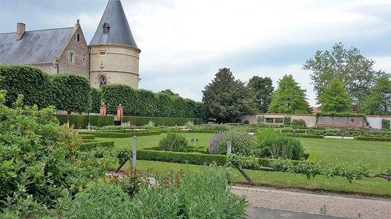 Andrezieux-Boutheon, فرنسا: château de Bouthéon et son jardin