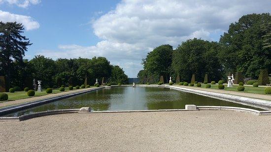 Choisel, Γαλλία: Plan d'eau et fontaine derrière du château