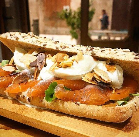 Molfetta, Italy: Panino al salmone marinato