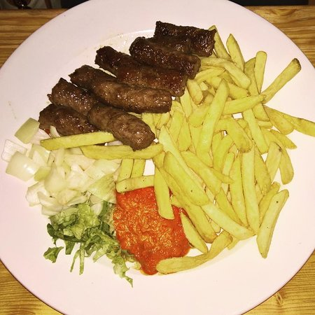 Mali Medo: chevapi with fries and some raw chopped onions