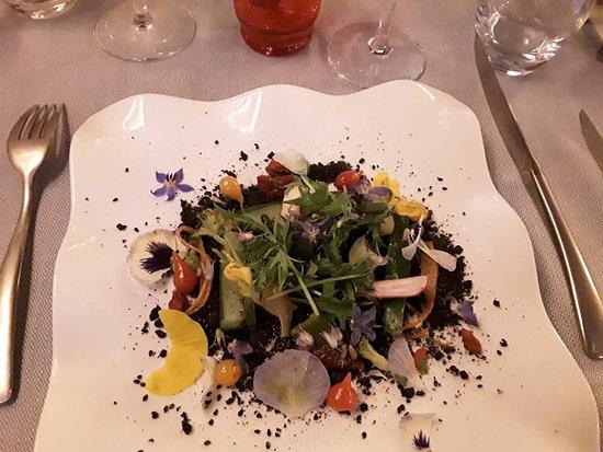 Lauzerte, ฝรั่งเศส: assiette végetale et florale, terreau végétal, huile d'olive fruité vert tonique