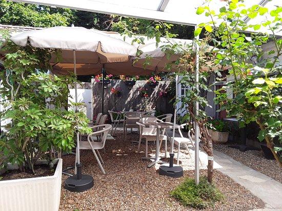 Terrasse ombragée - Picture of AU GATEAU BRETON, Chenonceaux ...
