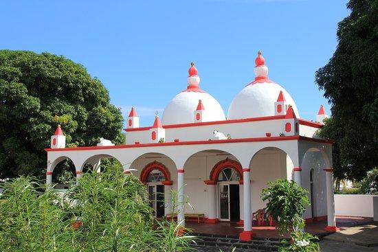 Triolet: Temple secondaire avec statues vaches sur le toit