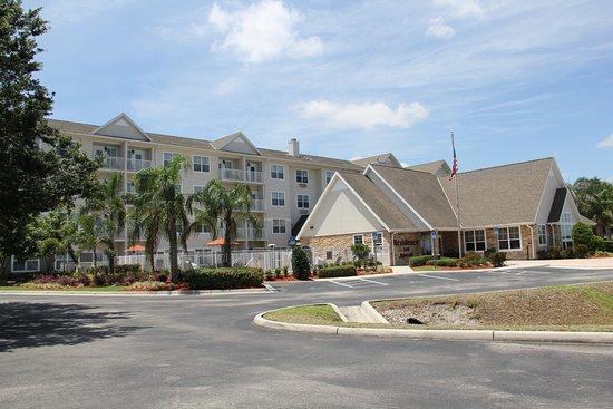 Sebring, FL: Hotel sits way back off 27 - plenty of free parking