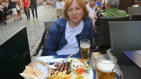 Athenes: На фото моя жена за столиком в этом самом ресторанчике
