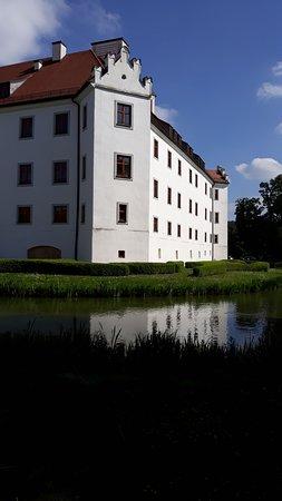 Hohenkammer, ألمانيا: das Wasserschloss vom Biergarten aus