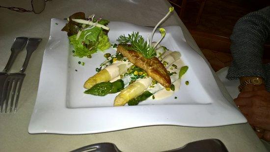 La Bruceliere: la poêlée d'asperges aux pistaches et escalope de foie gras.