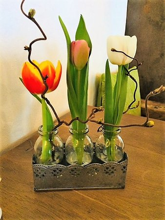 Montfaucon, Ελβετία: Tulipes sur la table