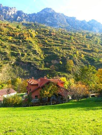 Somiedo Municipality, Espanha: Casa y vistas desde el jardín