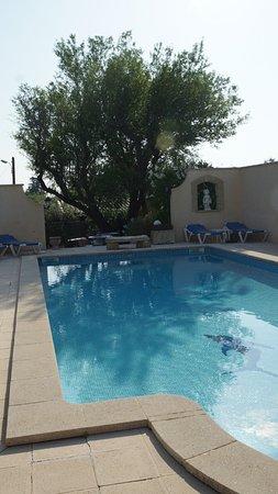 Saint Saturnin les Avignon, فرنسا: Zwembad gezien vanaf bar (met tafelvoetbal).