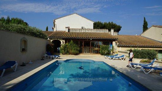 Saint Saturnin les Avignon, فرنسا: Zwembad met op de achtergrond de bar.