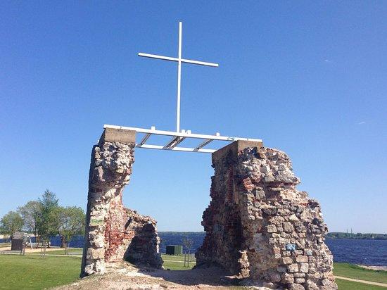 Salaspils, لاتفيا: Salaspils evaņģēliski luteriskās Svētā Jura baznīcas drupas (ruins of the Lutheran church)