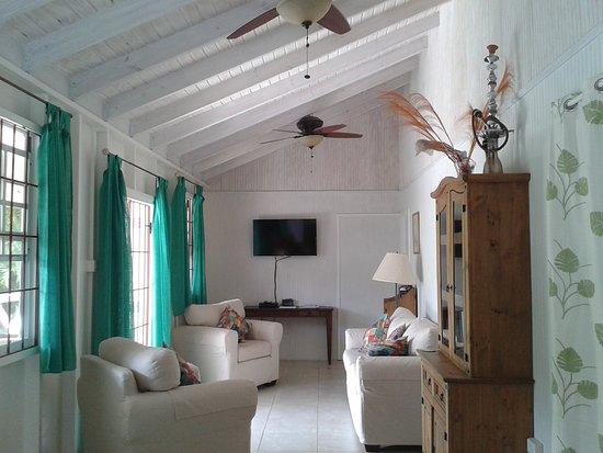Gibbs Glade Cottage & Garden Studios: The Cottage sitting room