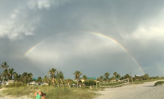 Crow's Nest Bar & Grille: Rainbow after dinner.