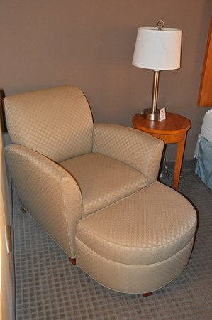 Wingate by Wyndham Lancaster / PA Dutch Country: Chair and ottoman in the room