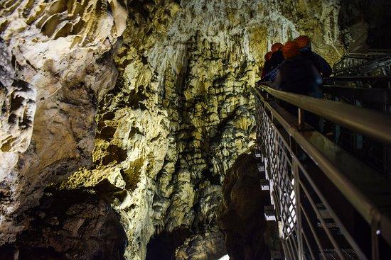 Costacciaro, Italy: Osservando la grotta