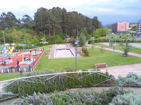 Avilés, España: Parque de la Grandiella; al fondo, el bosque homónimo.