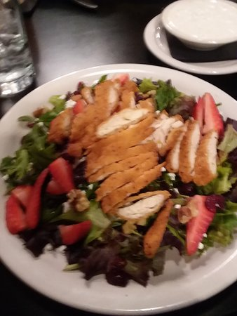 Daniels, Virgínia Ocidental: Chief salad with chicken, fruit, veges, nuts.home made dressing