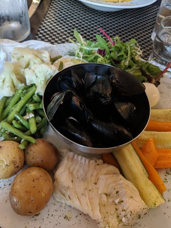 Le Perroquet: mussels, fish, egg, with boiled veggies