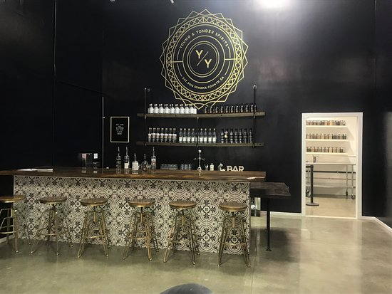 Healdsburg, Californien: The bar at the Y/Y Spirits tasting room