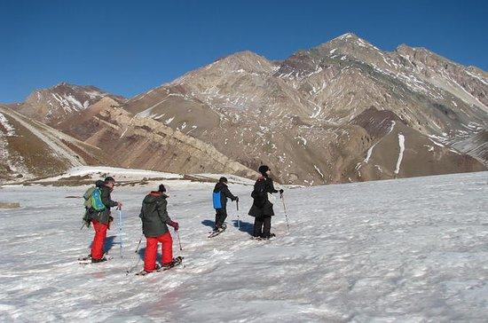 Raquetas de nieve en las estribaciones de Aconcagua (en el medio de...