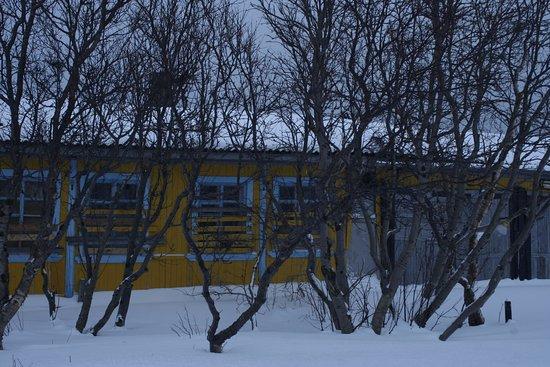 Teriberka, รัสเซีย: так выглядиТак выглядит большая часть строений, заброшенные дома и заколоченные окна