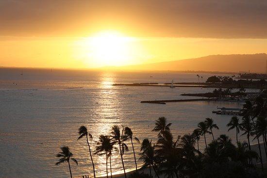 Waikiki Shore: 最高のサンセットを、ゆっくりと眺めることができます。