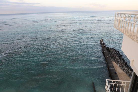Waikiki Shore: 通路の海側へ行くと、こんな景色が見られます。