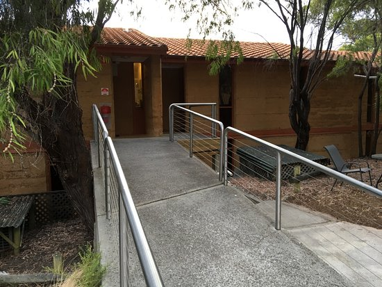 Mercure Kangaroo Island Lodge: Walkway to our unit
