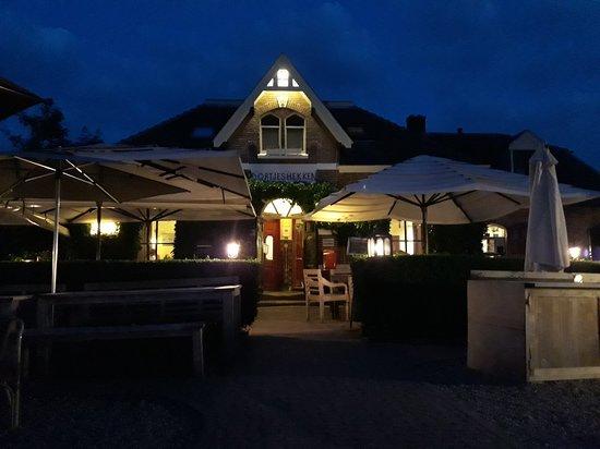Ooij, The Netherlands: En gezellig klein hotelletje. Met een perfect ontbijt.