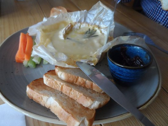Bickleigh, UK: baked camembert