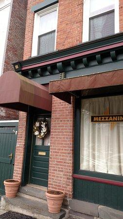 Rondout Inn: Spring Wreath on Inn Door