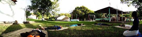 Rio de Contas, BA: Campistas Meditando ao ar Livre