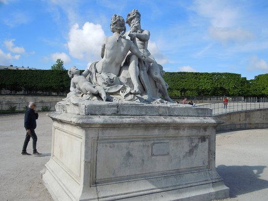 """Statue """"La Seine et la Marne"""""""