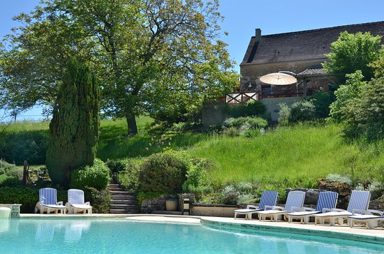 Naussannes, France: Swimming pool in proximity to the restaurant terrace