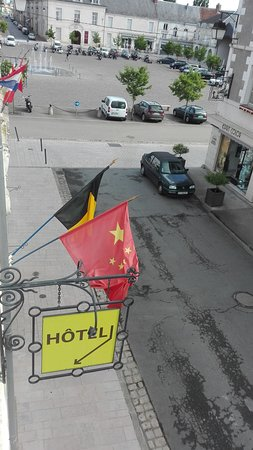 Richelieu, ฝรั่งเศส: Vue sur la place du marché.