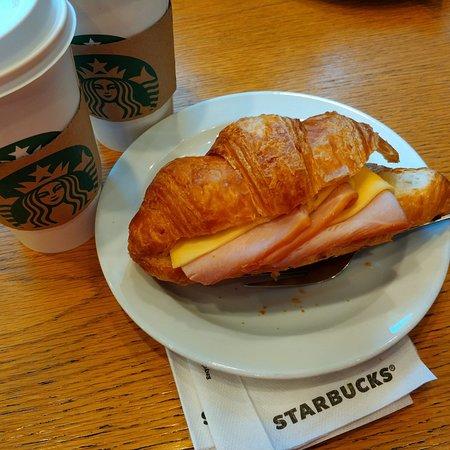 Starbucks: круассан