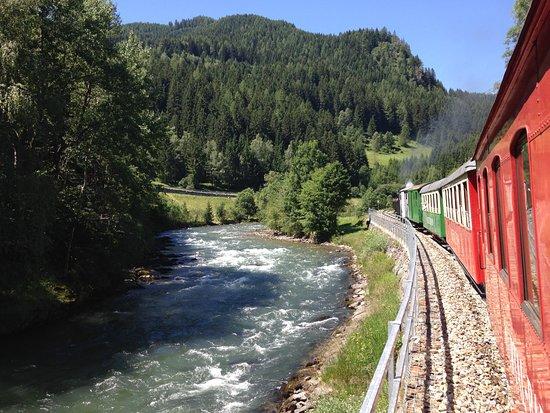 Murau, Austria: Fahrt mit dem Dampfzug entlang der Mur