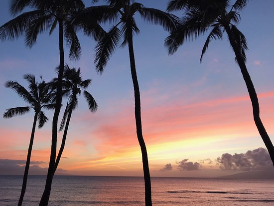 Hale Mahina Beach Resort: Sunset view from our condo